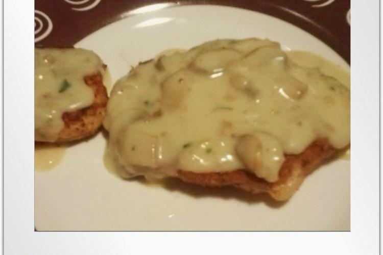 Pechugas rellenas a los dos quesos en salsa de champiñones.