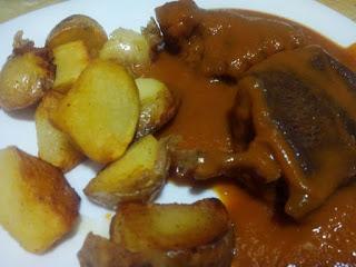 Zancarron con patatas en salsa de pimienta roja.