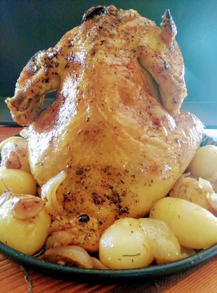 Pollo sentado asado con patatas minis.