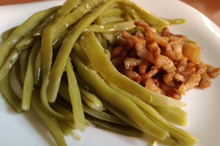espaguetis de judia verde con tira de panceta
