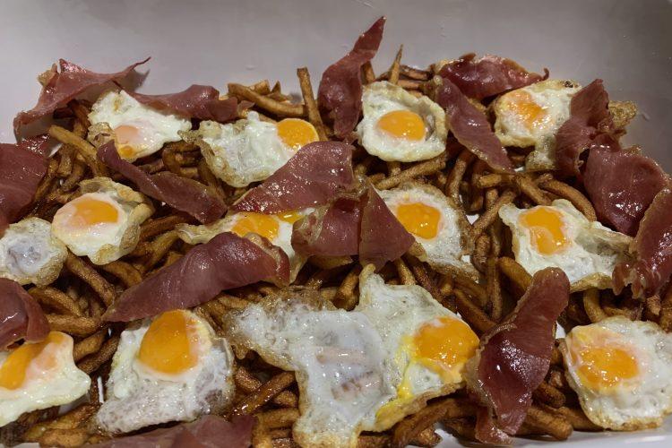 Huevos jamón serrano y patatas paja