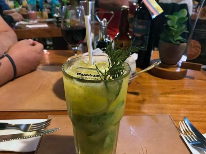 Ecuadorianischer Mojito mit Passionsfrucht und Rosmarin