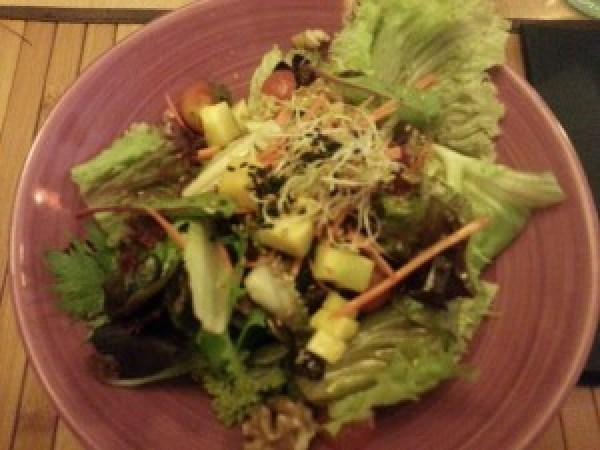 Ensalada asiática del #BetawaiRestaurant. Mango, zanahoria, mezclum, pipas, nueces, pasas, tomates cherries aliñado con vinagreta de soja.