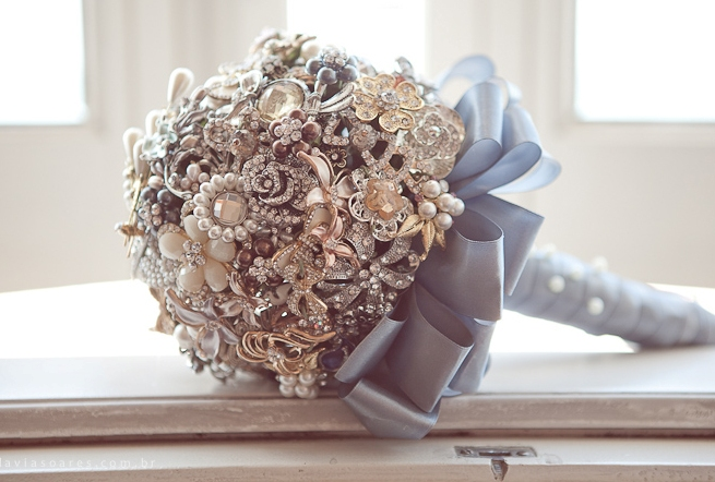 DIY brooch wedding bouquet made of vintage family brooches and pearls