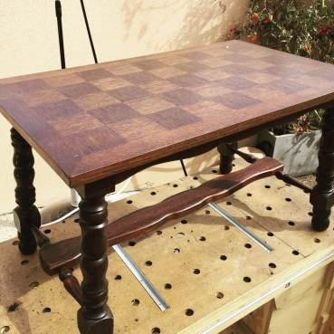 Aujourd'hui je vais essayer de faire une beauté à cette vielle table (je ne garde que le plateau ...). Bon dimanche :) #diy #diybois #restauration #meuble #vieuxmeuble #meublevintage #vintage #tablebasse