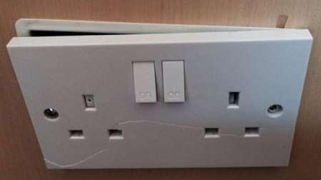 Prise électrique cassée
