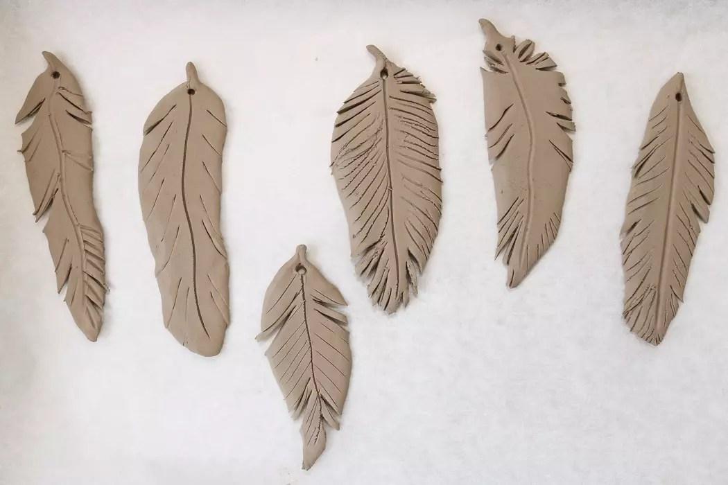 Påskfjädrar av lera