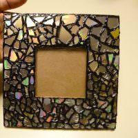 Ahşap bir çerçeve üzerinde cam mozaik