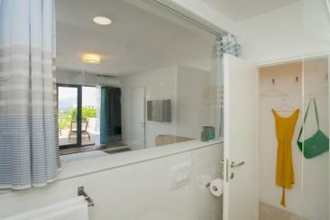 Pogled iz kupaonice prema sobi
