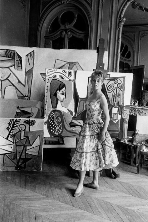 """Brigitte Bardot dans l'atelier de Picasso a villa """"Californie"""" a Cannes en 1956 pendant le festival de Cannes --- Brigitte Bardot in workshop of Pablo Picasso during Cannes festival 1956 in villa """"Californie"""" in Cannes"""