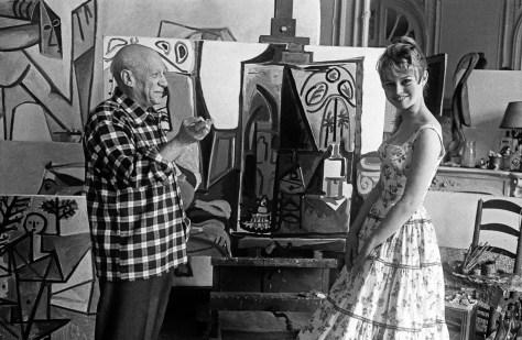 """Brigitte Bardot et Pablo Picasso dans l'atelier de la villa """"Californie"""" a Cannes en 1956 pendant le festival de Cannes Neg:CX24335--- Brigitte Bardot and Pablo Picasso during Cannes festival 1956 in villa """"Californie"""" in Cannes"""