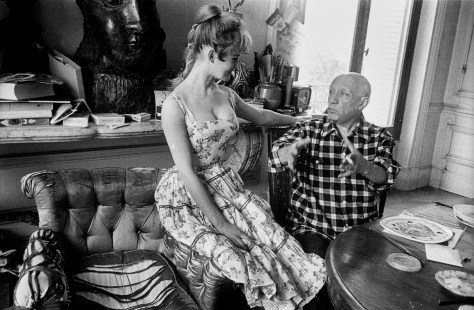 "Brigitte Bardot et Pablo Picasso dans l'atelier de la villa ""Californie"" a Cannes en 1956 pendant le festival de Cannes --- Brigitte Bardot and Pablo Picasso during Cannes festival 1956 in villa ""Californie"" in Cannes"