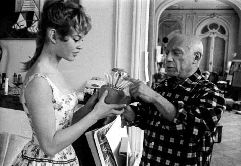 """Brigitte Bardot et Pablo Picasso dans l'atelier de la villa """"Californie"""" a Cannes en 1956 pendant le festival de Cannes Neg: CX24335 --- Brigitte Bardot and Pablo Picasso during Cannes festival 1956 in villa """"Californie"""" in Cannes"""