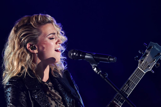 Tori Kelly em performance em AWARDS com Shure, no EUAs