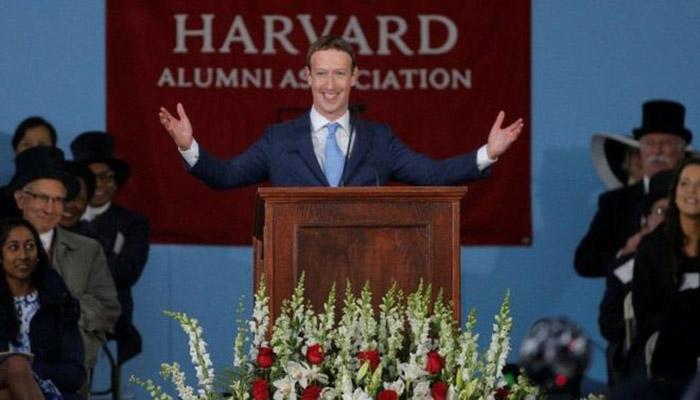 Putus kuliah Mark Zuckerberg Pendiri Facebook kembali ke Universitas Harvard untuk memberikan pidato kelulusan dan menerima sebuah gelar kehormatan