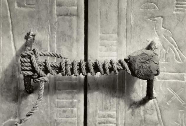 rare-photos-unbroken-seal-ofking-tut-tomb