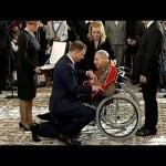 Prezydent klęcząc odznaczył generała Gryfa
