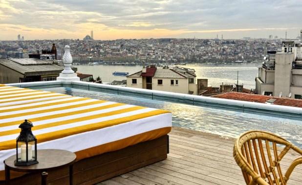 حمام السباحة فى الفندق