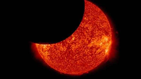 Am Freitagvormittag wird sich der Mond vor die Sonne schieben
