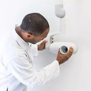 dentiste avec un appareil de radiologie extraoral