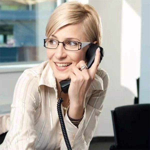 femme médecin au téléphone