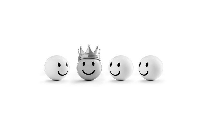 Emoticonos en tres dimensiones sonriendo mirando al que es rey.