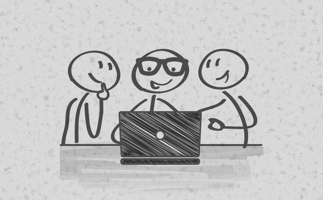 Monigote mostrando un trabajo hecho con el ordenador a otros dos monigotes de forma simpática.