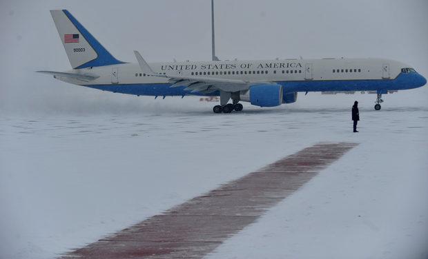 """Самолетът - модифициран """"Боинг 757"""", с който пътува Клинтън, кацна около 12.30 часа на летище София, чиято писта се почистваше без прекъсване поради силния снеговалеж."""