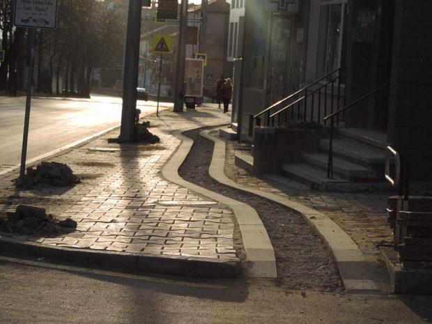 """Зиг-загът на еднопосочната велосипедна алея следва контура на сградите по бул. """"Осми приморски полк"""" като минава на сантиметри от входните врати и стълбищата им. Няколко подобни снимки бяха препубликувани от чуждестранни медии."""
