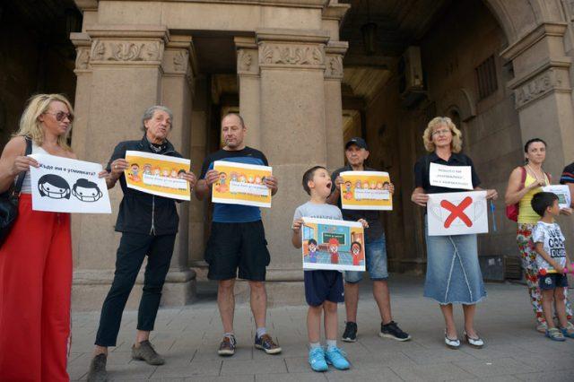 На следващата демонстрация, на 14-ти септември, плакатите и хората бяха малко повече.