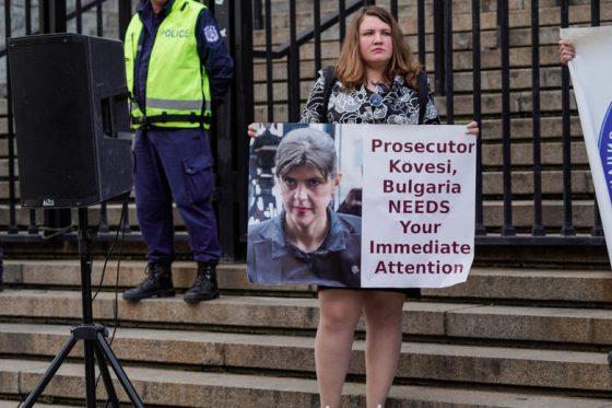 Масов протест пред Съдебната палата бележи санкции срещу Пеевски и Божков