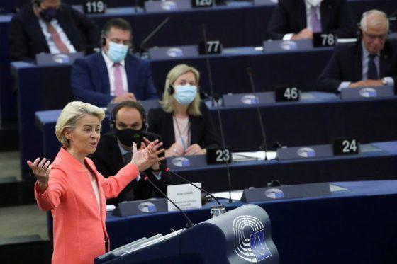 Поради ограниченията, свързани с пандемията, само един от всеки трима евродепутати успя да присъства в пленарната зала на Европейския парламент в Страсбург по време на речта.