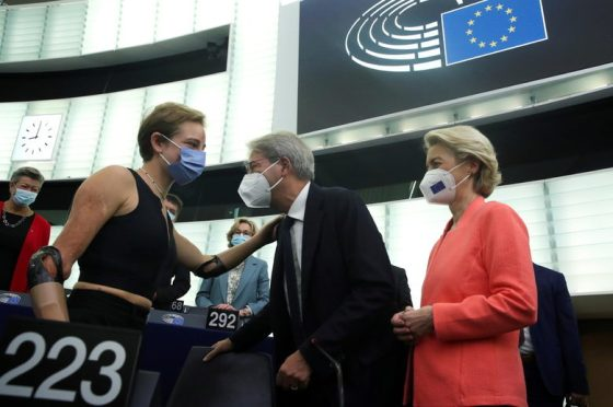 Урсула фон дер Лайен обяви своя почетен гост, параолимпийската олимпийска шампионка Беатрис Вио, която беше поканена да чуе лично изпълнението.