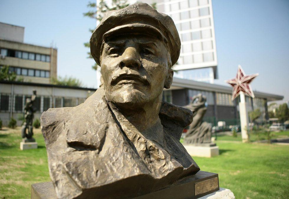 """В парка има само две работи на чужд автор. Първата е на Ленин от бившия площад """"Ленин"""", както и втората - пак на Ленин, но този път негов бюст (на снимката) от 1969 г. Конкретно тези са показани, защото са били съществена част от българската среда по онова време."""