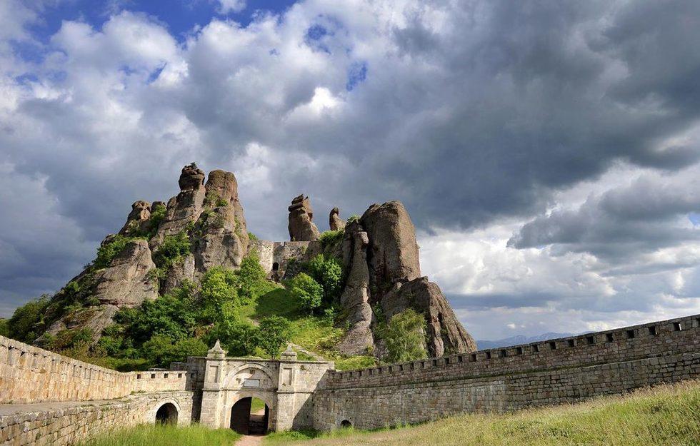 Тези извисяващи се до 200 м скални колони, образуват естествена крепост, чийто отбранителен потенциал е бил експоатиран от древни времена.