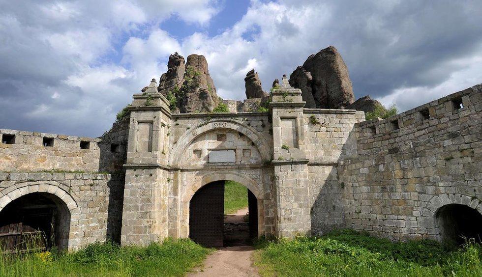 Крепостните укрепления са строени и доизграждани в три времеви периода: Римски (1-4 век), Средновековен (17-19 век) и Османски (1805-1837).