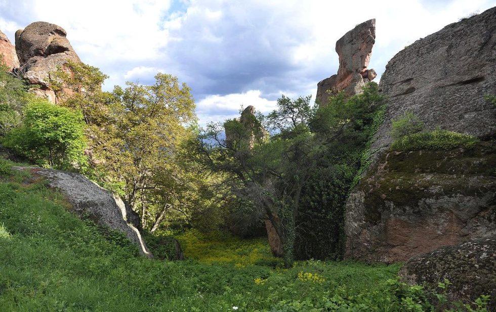 Най-величествените скали обграждат Белоградчик : Мадоната, Конникът, Монасите, Ученичката, Лъвът, Мечката, Адам и Ева, Замъкът. На 4 км от града около пещерата Лепеница има друга голяма скална група, където най-внушителната фигура е на Динозавърът.