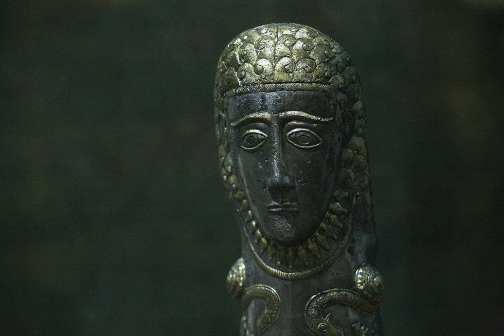 Наколеник с релефна украса открит между в селата Маломирово и Златиница.