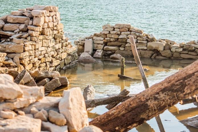 НАДРЕАЛНЕ ФОТОГРАФИЈЕ! На језеру у срцу Србије ИСПЛИВАЛО СЕЛО И ГРОБЉЕ деценијама ПОТОПЉЕНО (ФОТО) 9