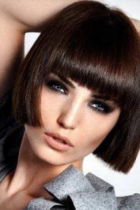 Модна тенденция е тази прическа да се съчетае с обръснати части на главата.