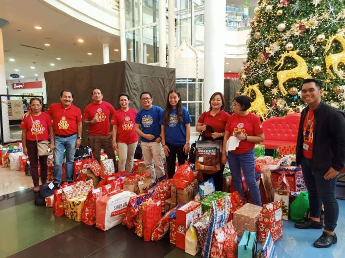 Rotary Club members, led by president Frederick Anthony de Leon (second from left) get ready to distribute gifts to beneficiaries.