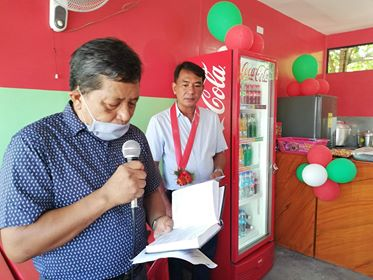 Pastor Reuben Macaya leads the prayers for the opening of the 14th branch of Chong Tapsilogan and Sizzlers along Lopez Jaena Street. | Photo by Julius D. Mariveles