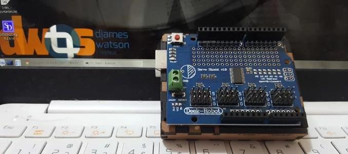 servoShield sobre Arduino UNO