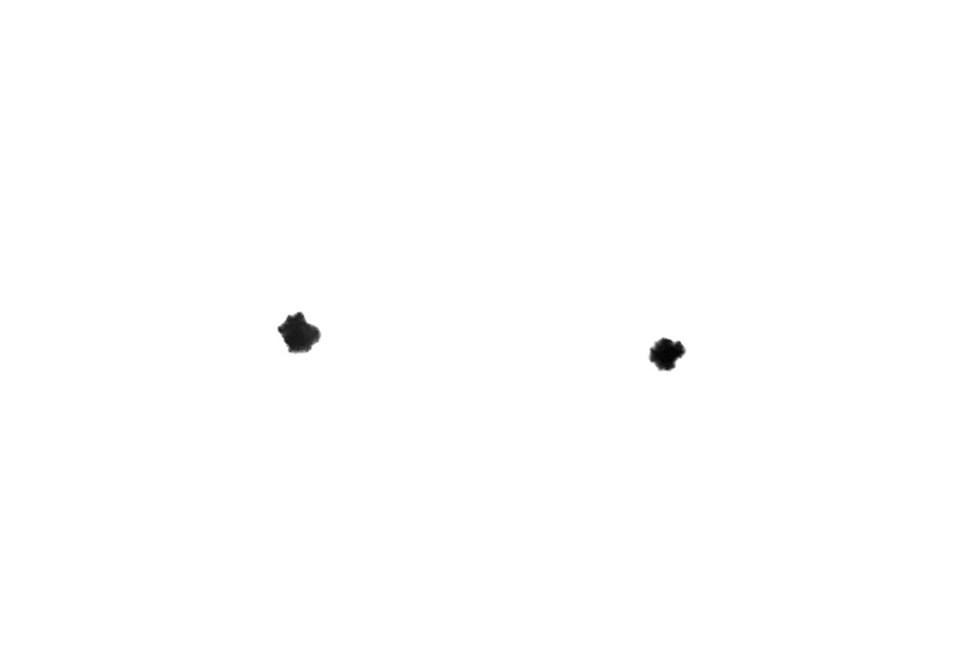 Dos puntos de expansión de tinta de los fineliners nombrados, el primero con el doble del grosor que el segundo.