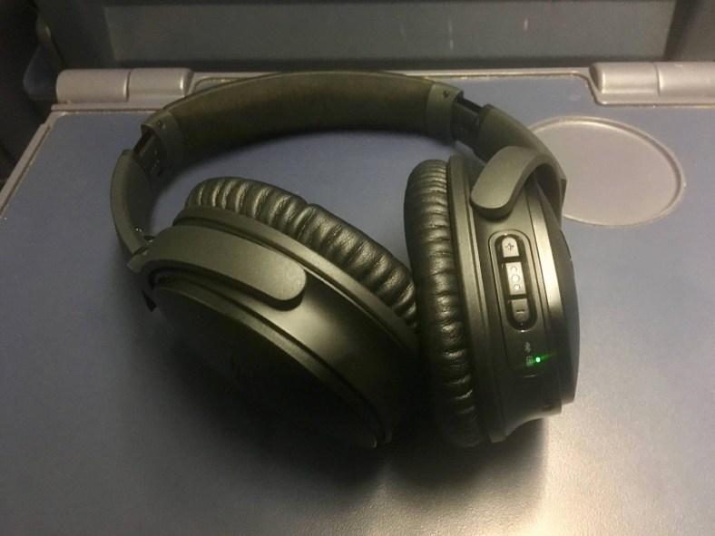 """Bose QC 35 Headset auf einem """"Tisch"""" im ICE"""