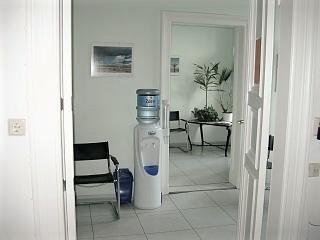 Bilder der Praxis: Wartezimmer mit kostenlosem Wasserspender