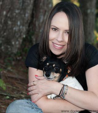 Foto amorosa perro y humano