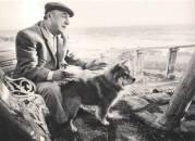 Pablo Neruda en la Isla Negra con su perro