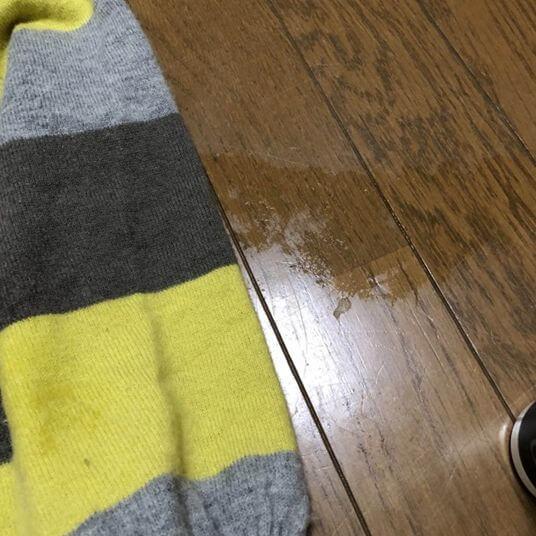 床が濡れる