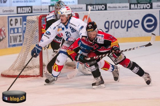28.03.2013; Fribourg; St. Leonard; NLA Eishockey - Playoff; HC Fribourg-Gotteron - ZSC Lions; Roman Wick und Jan Cadieux (HCFG) (Foto: Dominik Hew/doem.ch)